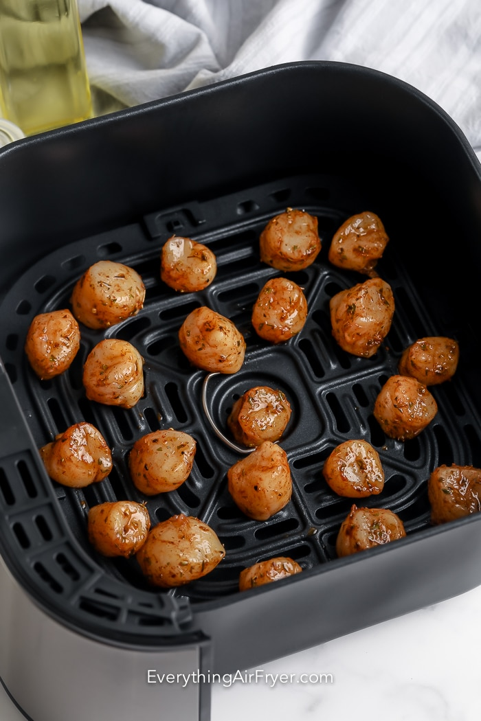 Seasoned scallops in the air fryer basket